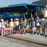 Prvošolčki so srečno prispeli na kmetijo Podmlačan